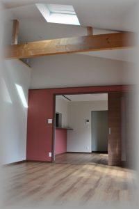 里山住宅 トップライト ロフト 壁ピンク 広い開口